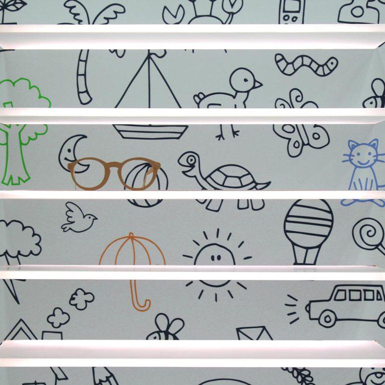 Plexiglass con Mensole per Negozio di Ottica per Bambini