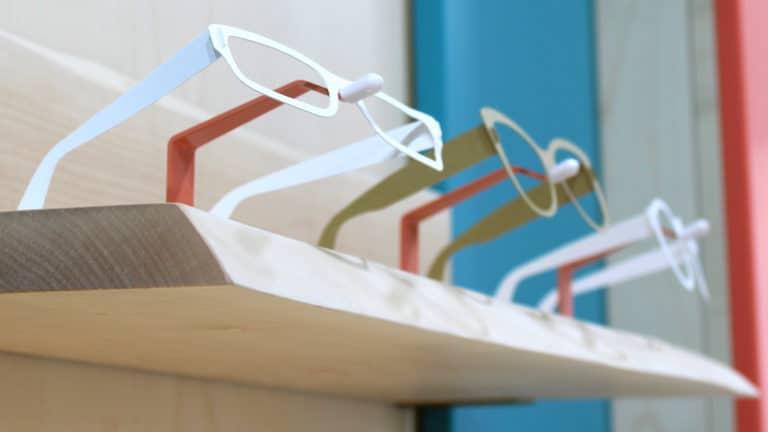dettaglio mensola porta occhiali negozio di ottica